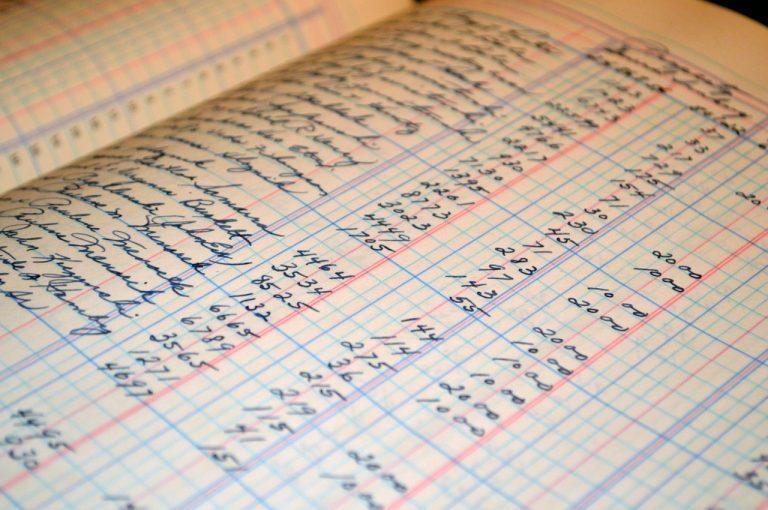 lista de morosos en papel