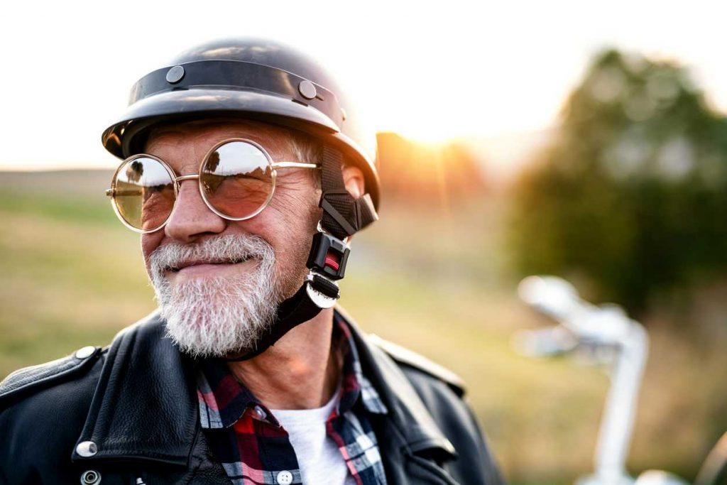 hombre cobrando jubilación anticipada