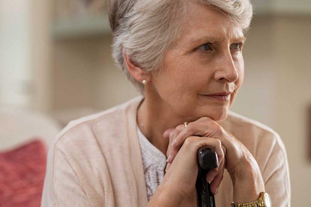 mujer cobrando pensión de viudedad