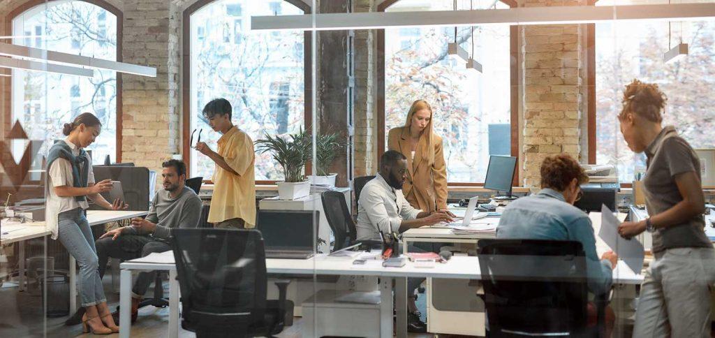 jóvenes en un coworking