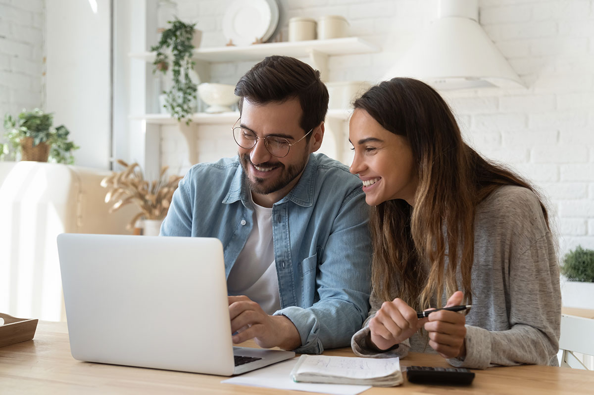 pariskunta maksaa verkkokauppa ostokset verkossa