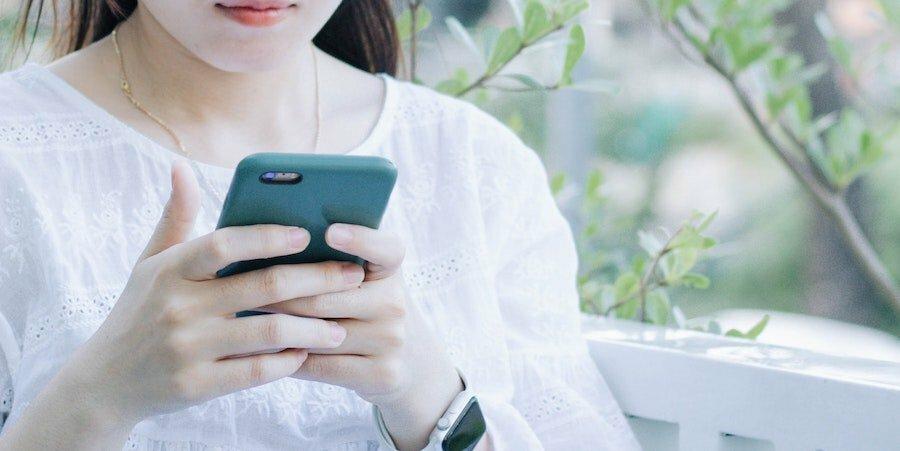 Kvinna som letar efter det bästa SMS-lånet