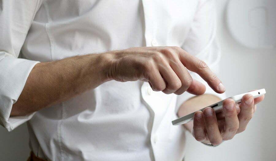 Man som tecknar sms-lån